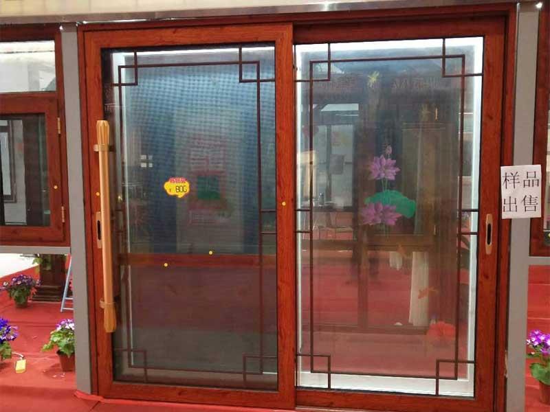 防火玻璃门除框架被部分采用镀锌或者不锈钢板作为边框材料外,内部为